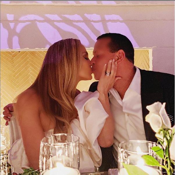 Jennifer Lopez et Alex Rodriguez organisent une fête de fiançailles avec leur famille et leurs amis (Photos)