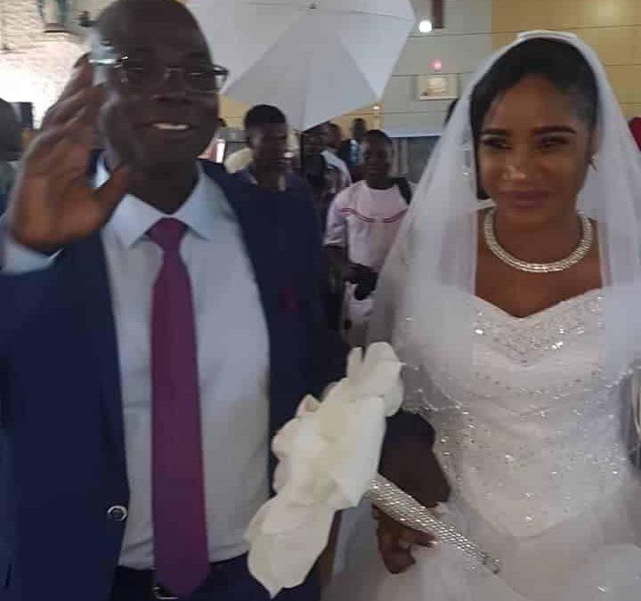 Un ancien prêtre catholique identifié comme étant Mike Boni Bazza aurait quitté la vie de célibat pour épouser son idole après avoir passé 25 ans dans l'église en tant que prêtre