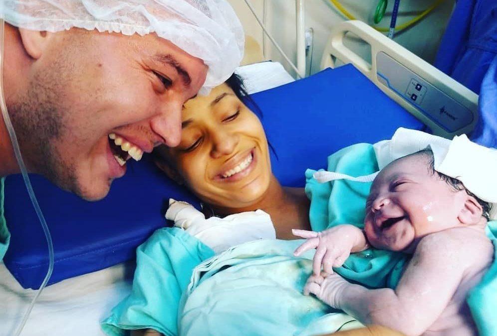 Du jamais vu ! Un nouveau-né qui sourit instantanément lorsqu'il entend la voix de son père