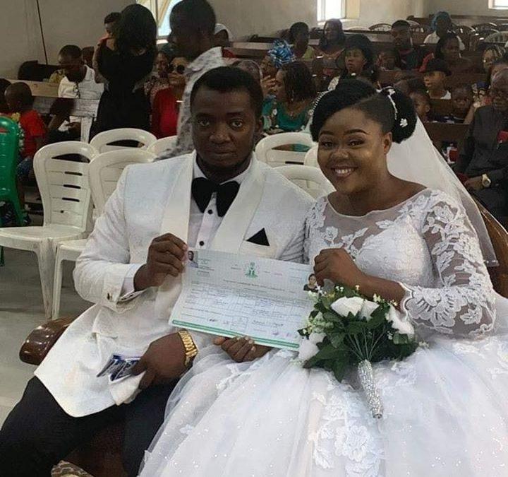 NIGERIA  ( Port Harcourt): un couple se marie sans réception ni cortège , garçons d'honneur, Best man et Dame de compagnie