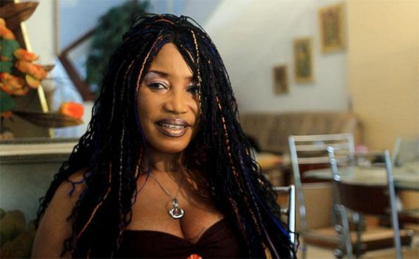 """Critiqué pour ne pas être mariée, Akossi delta sort de son silence : """"J'ai un homme dans ma vie"""""""